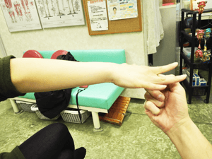 テニス肘 中指伸展テスト